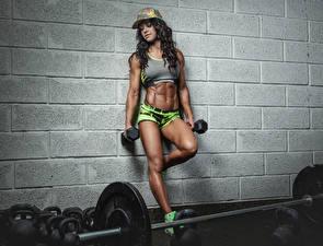 Hintergrundbilder Bodybuilding Braunhaarige Baseballkappe Hantel Bein Bauch Wände junge Frauen Sport