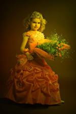 Fotos Blumensträuße Krone Kleine Mädchen Model Kleid Kinder