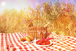 Bilder Croissant Erdbeeren Picknick Ähre Weidenkorb Weinglas Teller Lebensmittel