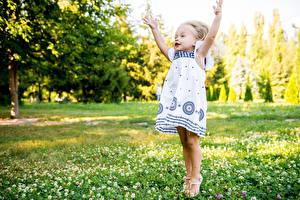 Hintergrundbilder Grünland Kleine Mädchen Kleid Hand Kinder