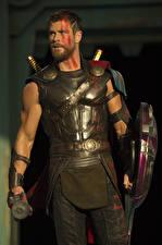 Hintergrundbilder Mann Chris Hemsworth Thor: Tag der Entscheidung Schild (Schutzwaffe) Film Prominente