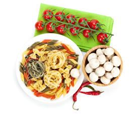 Bilder Pilze Tomaten Paprika Weißer hintergrund Teller Makkaroni das Essen