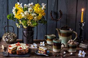 Bilder Stillleben Sträuße Narzissen Torte Kerzen Bretter Tasse Lebensmittel