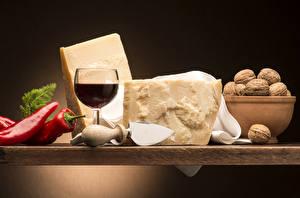 Fotos Stillleben Wein Peperone Käse Nussfrüchte Weinglas