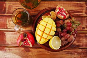 Bilder Tee Obst Weintraube Granatapfel Zitronen Mango Bretter Tasse das Essen