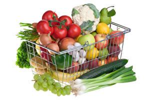 Hintergrundbilder Gemüse Obst Tomate Trauben Gurke Zwiebel Weißer hintergrund Weidenkorb das Essen