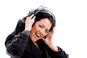 Hintergrundbilder Finger Weißer hintergrund Brünette Kopfhörer Glücklich Lächeln Zähne Mädchens