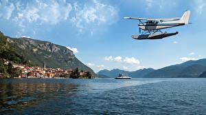 Hintergrundbilder Italien Himmel Flugzeuge Gebäude Gebirge Wasserflugzeug Bucht Varenna Natur Luftfahrt