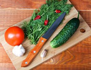 Fotos Messer Dill Tomaten Gurke Knoblauch Bretter Schneidebrett das Essen