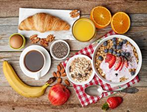 Bilder Müsli Croissant Fruchtsaft Kaffee Bananen Äpfel Erdbeeren Nussfrüchte Apfelsine Bretter Frühstück Ei Löffel
