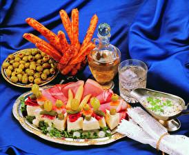 Hintergrundbilder Oliven Käse Schinken Teller Trinkglas Lebensmittel