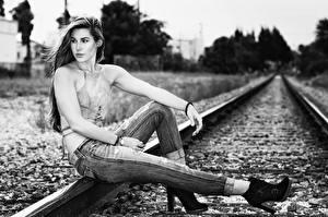 Fotos Eisenbahn Sitzen Jeans Schienen Schwarzweiss junge Frauen