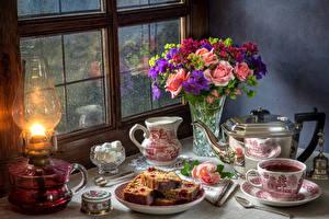 Hintergrundbilder Stillleben Sträuße Rosen Flötenkessel Tee Keks Milch Petroleumlampe Vase Tasse Kanne Fenster Blumen