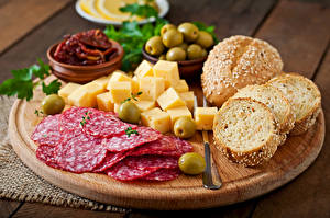 Fotos Stillleben Wurst Käse Brot Oliven Schneidebrett Geschnitten