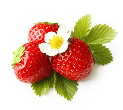 Fotos Erdbeeren Nahaufnahme Weißer hintergrund Drei 3 Blatt das Essen