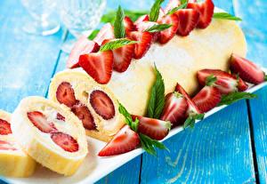 Fotos Roulade Erdbeeren Backware Süßigkeiten Bretter