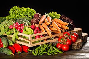 Fotos Gemüse Tomate Mohrrübe Radieschen Paprika Schwarzer Hintergrund Lebensmittel