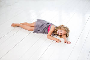 Hintergrundbilder Bretter Kleine Mädchen Model Kleid Niedlich kind