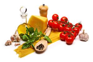 Bilder Käse Tomate Knoblauch Weißer hintergrund Blatt Makkaroni