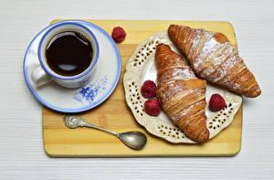 Bilder Croissant Kaffee Himbeeren Schneidebrett Tasse Teller Löffel Frühstück