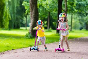 Bilder Kleine Mädchen Zwei Junge Helm Freude kind