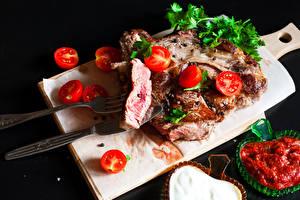 Fotos Fleischwaren Tomaten Messer Schwarzer Hintergrund Schneidebrett Ketchup Essgabel das Essen