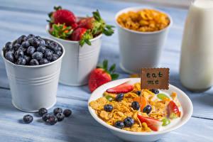 Bilder Müsli Heidelbeeren Erdbeeren Teller Eimer Frühstück