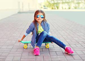 Fotos Skateboard Kleine Mädchen Sitzend Brille Hemd Sportschuhe kind