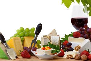 Bilder Stillleben Käse Wein Nussfrüchte Erdbeeren Weintraube Weißer hintergrund Weinglas