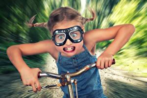 Fotos Kreativ Kleine Mädchen Brille Zähne Hand Lustige Bewegung Kinder