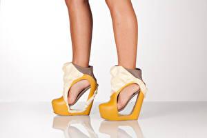 Фотография Креатив Вблизи Ноги Туфли heels молодая женщина