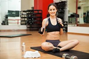Fotos Fitness Braune Haare Sitzend Bauch Mädchens Sport