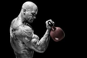 Fotos Mann Bodybuilding Muskeln Hanteln Schwarzer Hintergrund