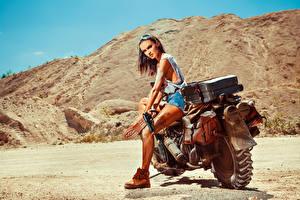 Bakgrundsbilder på skrivbordet Pistoler Motorcyklist Glasögon Unga_kvinnor Motorcyklar