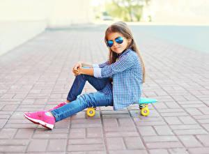Hintergrundbilder Skateboard Kleine Mädchen Brille Sitzt Hemd Jeans kind