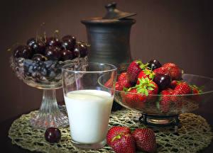 Bilder Stillleben Erdbeeren Kirsche Milch Trinkglas Lebensmittel