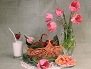 Hintergrundbilder Stillleben Tulpen Erdbeeren Marmelade Milch Weidenkorb Vase Trinkglas Lebensmittel Blumen