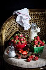 Bilder Erdbeeren Milch Stillleben Sessel Flasche Lebensmittel