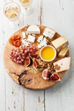 Fotos Käse Weintraube Echte Feige Honig Nussfrüchte Schneidebrett Dubbeglas Lebensmittel
