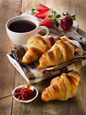 Bilder Croissant Konfitüre Erdbeeren Tee Bretter Frühstück Tasse