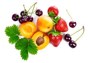 Fotos Obst Erdbeeren Kirsche Pfirsiche Weißer hintergrund Blatt Lebensmittel