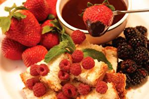 Hintergrundbilder Backware Erdbeeren Brombeeren Schokolade Himbeeren