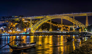 Tapety na pulpit Portugalia Porto Rzeka Mosty Łodzie Latarnia uliczna W nocy miasto
