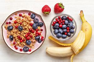 Fotos Süßigkeiten Müsli Heidelbeeren Erdbeeren Bananen Bretter Frühstück