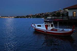Bakgrundsbilder på skrivbordet Turkiet Istanbul Hus Kväll Små båtar Bukten Halic