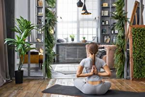 Fotos Braunhaarige Joga Sitzend Rücken Körperliche Aktivität Mädchens