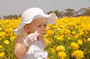 Fotos Felder Kleine Mädchen Der Hut Seifenblasen Kinder