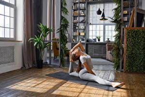 Fotos Fitness Braune Haare Körperliche Aktivität Spagat Mädchens Sport