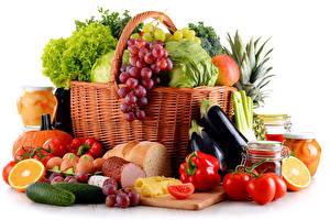 Fotos Obst Gemüse Tomaten Paprika Weintraube Käse Schinken Gurke Weißer hintergrund Weidenkorb das Essen