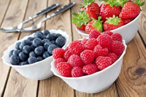 Hintergrundbilder Himbeeren Heidelbeeren Erdbeeren Beere Bretter Teller
